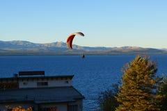 Gleitschirmfliegen in Bariloche Argentinien stockbild