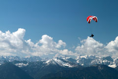 Gleitschirmfliegen über Bergen Stockbild