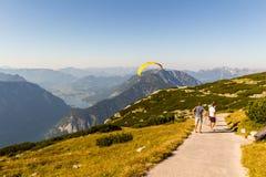 Gleitschirmfliegen über den Alpen, Dachstein-Berg, Österreich Stockfotos