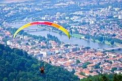 Gleitschirmfliegen über der Stadt Stockfoto