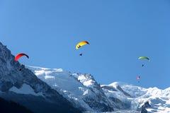 Gleitschirmfliegen in Chamonix, Frankreich Lizenzfreie Stockfotos