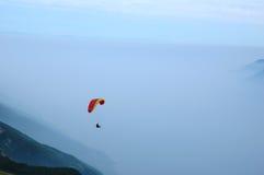 Gleitschirmfliegen in den Alpen Stockfotografie