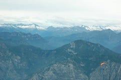 Gleitschirmfliegen in den Alpen Stockbild