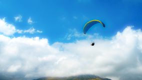 Gleitschirmfliegen in den Bergen Svanetia, Georgia, Europa stockfotos