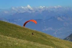 Gleitschirmfliegen in den Dolomit (Italien) Stockbilder