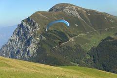 Gleitschirmfliegen in den Dolomit (Italien) Lizenzfreie Stockfotografie