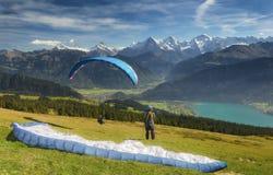 Gleitschirmfliegen in den Schweizer Alpen Lizenzfreies Stockbild