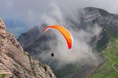 Gleitschirmfliegen in den Schweizer Alpen nähern sich Lucern, der Schweiz Lizenzfreies Stockbild