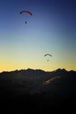 Gleitschirmfliegen in den Sonnenuntergang Lizenzfreies Stockfoto