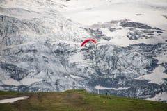 Gleitschirmfliegen in der Schweiz lizenzfreies stockfoto
