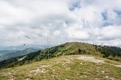 Gleitschirmfliegen, Donovaly, Gebirgsszene, Slowakei Lizenzfreies Stockfoto