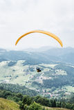Gleitschirmfliegen, Donovaly, Gebirgsszene, Slowakei, vertikaler Compo Lizenzfreies Stockbild