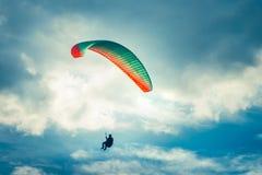 Gleitschirmfliegen-extremer Sport mit blauem Himmel und Wolken stockfotografie