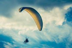Gleitschirmfliegen-extremer Sport mit blauem Himmel und Wolken Stockbilder
