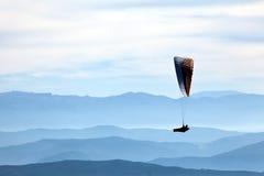 Gleitschirmfliegen-Extremsport des Mannes übender Stockfotografie