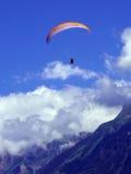 Gleitschirmfliegen, Fallschirm über dem Berg Stockbild
