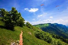 Gleitschirmfliegen im blauen Himmel am Sommer stockfotos