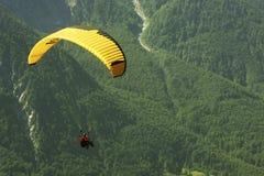 Gleitschirmfliegen im Grün Stockfotografie