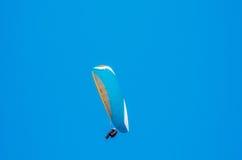 Gleitschirmfliegen im Himmel, Freizeit aktiv verbracht, wonderfu stockfotos