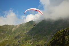 Gleitschirmfliegen-Karpatenberge Stockbilder