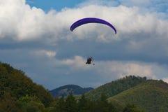 Gleitschirmfliegen ower Berge lizenzfreie stockfotografie