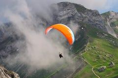 Gleitschirmfliegen am Pilatus Berg, die Schweiz Lizenzfreie Stockbilder
