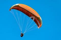 Gleitschirmfliegen an Punkt Poo Poo im Gebirgstiger, Issaquah, Washington, US Lizenzfreies Stockfoto