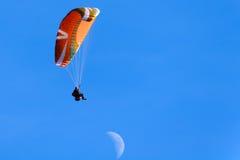 Gleitschirmfliegen an Punkt Poo Poo im Gebirgstiger, Issaquah, Washington, US Lizenzfreie Stockfotos