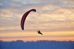 Gleitschirmfliegen am Sonnenuntergang lizenzfreies stockfoto