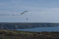 Gleitschirmfliegen an St. Agnes Stockfotos