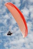 Gleitschirmfliegen und Sonne Stockfotografie