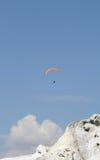 Gleitschirmfliegen vorbei über Berg Stockbild