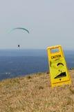 Gleitschirmfliegen-Vorsicht-Zeichen lizenzfreie stockfotos