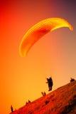 Gleitschirmfliegen an ZAR-Berg Bielsko Lizenzfreies Stockfoto
