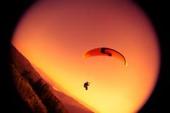 Gleitschirmfliegen an ZAR-Berg Bielsko Stockfoto