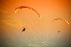 Gleitschirmfliegen an ZAR-Berg Bielsko Lizenzfreie Stockfotografie