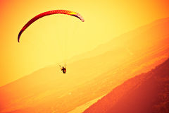 Gleitschirmfliegen an ZAR-Berg Bielsko Stockfotos