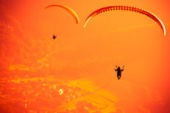 Gleitschirmfliegen an ZAR-Berg Bielsko Stockfotografie