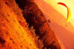 Gleitschirmfliegen an ZAR-Berg Bielsko Stockbilder