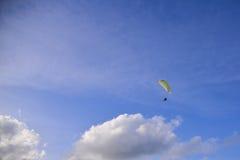 Gleitschirmfliegenextrem Sport Stockfotografie