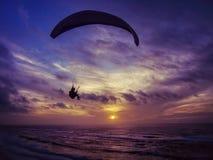 Gleitschirmfliegenflug bei Sonnenuntergang Lizenzfreies Stockbild