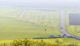 Gleitschirmfliegenlandschaft des hohen Winkels Stockbild