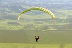 Gleitschirmfliegenlandschaft des hohen Winkels Stockfotos