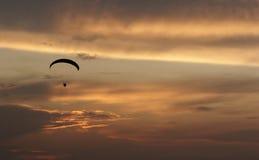 Gleitschirmfliegenpiloten in der Luft stockbild