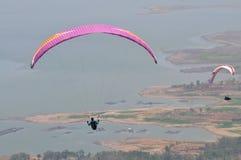 Gleitschirmfliegenwettbewerb in Indonesien stockbild