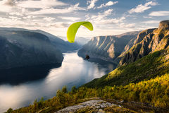 Gleitschirmschattenbild, das über Aurlandfjord, Norwegen fliegt stockbild