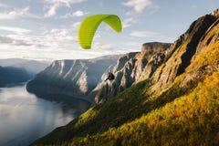 Gleitschirmschattenbild, das über Aurlandfjord, Norwegen fliegt Stockfoto