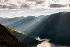 Gleitschirmschattenbild, das über Aurlandfjord, Norwegen fliegt Stockbilder