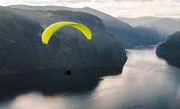 Gleitschirmschattenbild, das über Aurlandfjord, Norwegen fliegt lizenzfreies stockbild