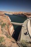 Glen Canyon Dam fördämning och sjö Powell från Carl Hayden Visitor Centre Page Arizona arkivfoton